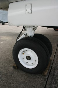 Reinforced main undercarriage with large main tyres (tubeless 75 psi 22 x 6.75)