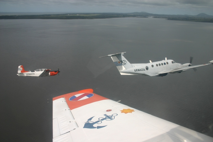 Two Beechcraft T-34C1 from ESANA (Escuela de Aviacion Naval) join A871 on formation over Laguna del Sauce.