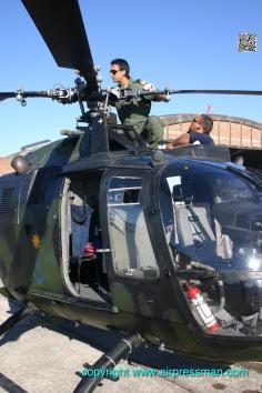 Inspección de rotor principal, previa al vuelo por el piloto Marcelo Calace/Main rotor and hub inspection prior to a mission in the BAEN 2.