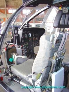 Vista de cabina izquierda y asiento del copiloto./Left side view and copilot seat.