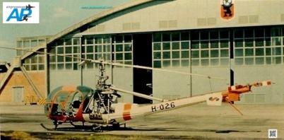 Un Hiller frente al hangar de mantenimiento en la Brigada Aérea No.1 de Carrasco ((Foto Escuadrón Aéreo No.5)