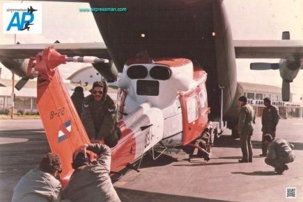 """Bell 212, FAU 031 shipped on a FAU C-130B to Antartida. Aerotecnico Luis Curcho - condecorado tripulante del 212 en el rescate del """"Palacio de la Luz"""", proximo al rotor de cola del FAU 031. (Foto escuadrón Aéreo No.5)"""