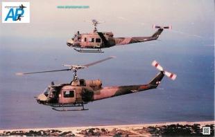 Un Bell UH-1B (notar la única ventana lateral en la puerta deslizable) escolta a su hermano mas joven - UH-1H - cercano a las costas del Rio de la Plata (Foto Escuadrón Aéreo No.5)